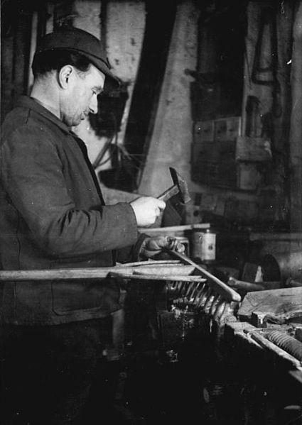 File:Bundesarchiv Bild 183-93155-0001, Bauer bei der Reparatur einer Harke.jpg