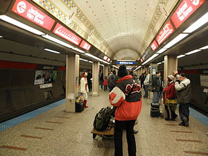 Jackson station (CTA Red Line) - Image: Busker at Roosevelt Red Line Stop