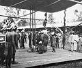 COLLECTIE TROPENMUSEUM Dans door een groep Kajan Dajaks tijdens het bezoek van Gouverneur-Generaal J.P. Graaf van Limburg Stirum aan Borneo TMnr 60018490.jpg