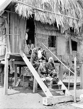 Sumbawa people - Image: COLLECTIE TROPENMUSEUM Een gezin van Soembawa op de trap van zijn woning T Mnr 10005956