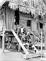 COLLECTIE TROPENMUSEUM Een gezin van Soembawa op de trap van zijn woning TMnr 10005956.jpg