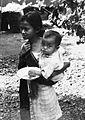 COLLECTIE TROPENMUSEUM Portret van een meisje met een baby in een draagdoek TMnr 20000023.jpg