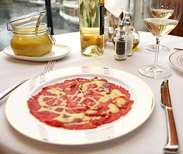 Piatto di carpaccio servito all'Harry's Bar a Venezia