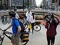 Ciclistas se reunindo na Praça do Ciclista 2.jpg