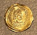 Cividale, corredo di tomba di bambina di alto rango, n. 27, 570-600 ca., tremisse d'imitazione da moneta bizantina di giustiniano I (527-565).jpg