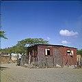 Collectie Nationaal Museum van Wereldculturen TM-20029788 Kunukuhuis bij Sint Michiel Curacao Boy Lawson (Fotograaf).jpg