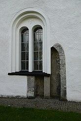 Fil:Dörr med fönster Bolshögs kyrka.JPG
