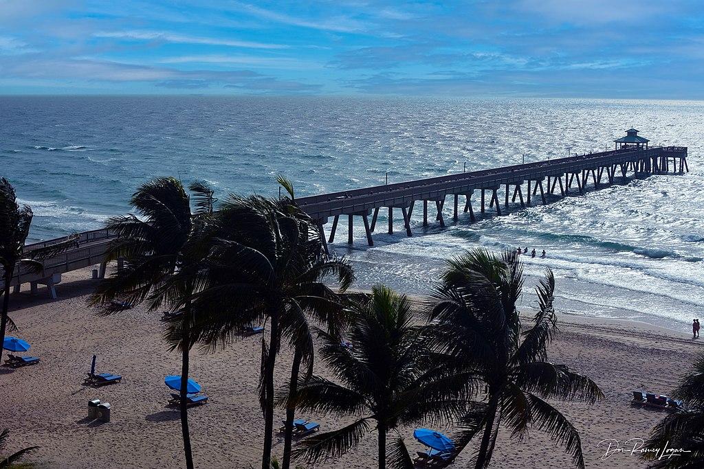 Deerfield Beach with pier in background