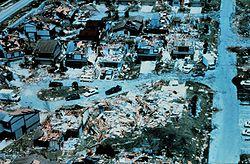 L'après-coup de l'ouragan Andrew (1992), le second cyclone tropical le plus coûteux de l'histoire des États-Unis, après Katrina (2005).