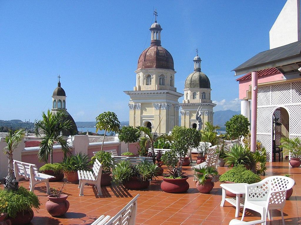 Terrasse sur le toit de l'hôtel Casa Grande, à Santiago de Cuba. À l'arrière-plan, sont visibles les tours de la cathédrale Nuestra Señora de la Asunción.  (définition réelle 2272×1704)