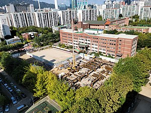 Dongan Elementary School under construction of a multi-purpose gymnasium, Photographed from Chowon Daelim Apts rooftop.jpg