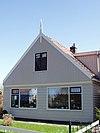 foto van Breed houten huis met puntvormig voorschot