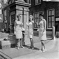 Druivenkoningin, Oogstfee en Bloemenfee toonden hun robes aan pers te Naaldwijk, Bestanddeelnr 919-4618.jpg