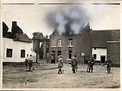 Duitse militairen bij brandend huis (3199096404).jpg