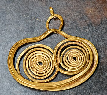 Gold earring from Mycenae, Late Helladic I (16...