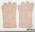 Ett par fingervantar slätstickade av vitt bomullsgarn med heltäckande prickmönster i rosarött bomullsgarn - Nordiska museet - NM.0001971B (2).jpg