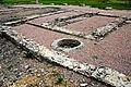 F07 Alesia Ausgrabungen, Wohnhausfundamente mit Atrium und Brunnen.0015.JPG