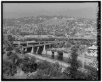 УЛИЦА ФИГЕРОА И ВИДЫ РЕКИ ЛОС-АНДЖЕЛЕС И МЕЖДУ ГОСУДАРСТВЕННЫМ УРОВНЕМ 1-5. СМОТРЕТЬ 356 ° N. - Arroyo Seco Parkway, виадук на улицу Фигероа, через реку Лос-Анджелес, HAER CAL, 19-LOSAN, 83J-1.tif