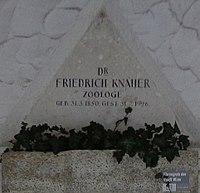 Feuerhalle Simmering - Arkadenhof (Abteilung ALI) - Friedrich Knauer 02.jpg