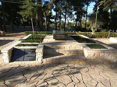 Grave of Shimon Peres, February 2017.jpg