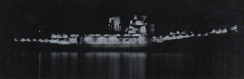 File:HMS Largs by night with incomplete Diffused Lighting Camouflage 1942.jpg