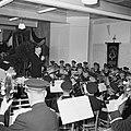 Harmonie Phileutonia met dirigent tijdens uitvoering, Bestanddeelnr 255-8572.jpg