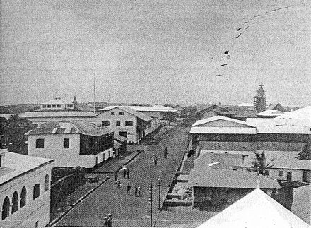 A main street of central Accra sometime between 1885 and 1908 HauptstrasseAccra18851908 300dpi.jpg