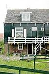 foto van Houten huis onder een lang zadeldak met de nrs 13/17