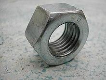 Dado in acciaio, l'oggetto di progettazione industriale più prodotto al mondo.