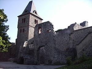 Wohnturm und Gebäuderuinen im Inneren der Burg