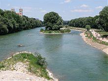 Il fiume Isar attraversa Monaco nei pressi del ponte Wittelsbach.
