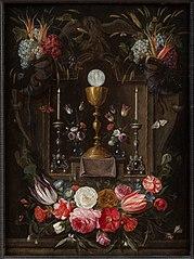 Altaarnis met de symbolen van de Eucharistie met bloemen en vruchten