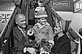 John Glenn met echtgenote Anna Margaret Castor en zoontje op de vliegtuigtrap, Bestanddeelnr 918-2901.jpg