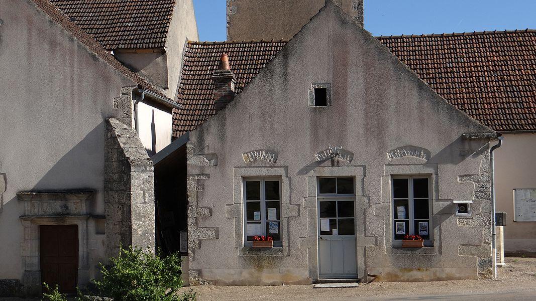Mairie de Jouancy adossée à l'égkise