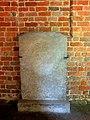 Kamień Pomorski, konkatedra św. Jana Chrzciciela, wirydarz, krużganki, płyta nagrobna.jpg