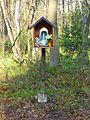 Kapliczka na słupie przy wjeździe do Puszczy Dulowskiej od Dulowej.jpg