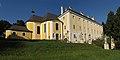 Kath. Pfarrkirche Hl. Dreifaltigkeit und Schloss Rosenau.jpg