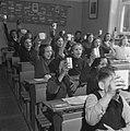 Kinderen krijgen melk op school, Bestanddeelnr 901-4812.jpg