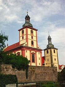 Reste der Burgmauer (oder vor die Burgmauer gesetzte Stützmauer für die Kirchen, die an historischen Stelle der Burg errichtet wurden).