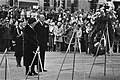 Koningin Juliana en Prins Bernhard bij de krans, Bestanddeelnr 930-2544.jpg