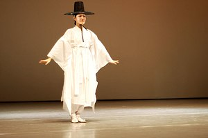 Po (clothing) - Image: Korean.Dance Hanryang.chum 01