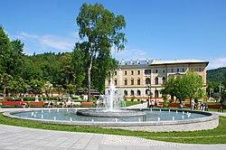Krynica-Zdrój, fontanna, w tle Stary dom zdrojowy (HB2).jpg