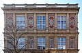 Kunstakademie Düsseldorf Ostseite über Haupteingang am Eiskellerberg, Mosaik mit Abbildung von Künstlern und Namen-Fries.jpg
