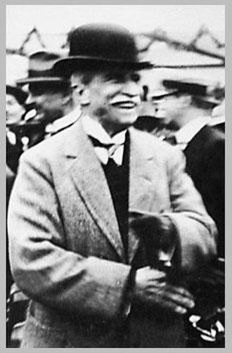 Augusto B. Leguía - Lejía at a horse racing event. (1924)