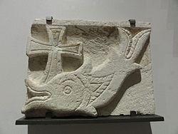 Français: Décor d'architecture funéraire: poisson à la croix, symbole de Jésus-Christ