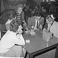 Luchtvaart-schipbreukelingen in motel in Amsterdam, de mensen korten de tijd met, Bestanddeelnr 914-7728.jpg