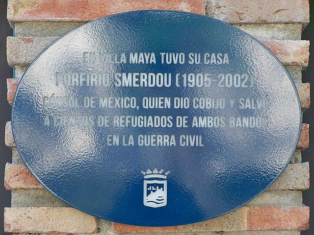 Placa dedicada a Porfirio Smerdou en Villa Maya
