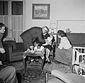 Man terwijl hij zich buigt over een baby die door een vrouw op schoot wordt geho, Bestanddeelnr 252-9377.jpg
