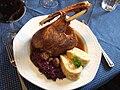 Martinigansl mit Rotkraut und Serviettenknödel.jpg