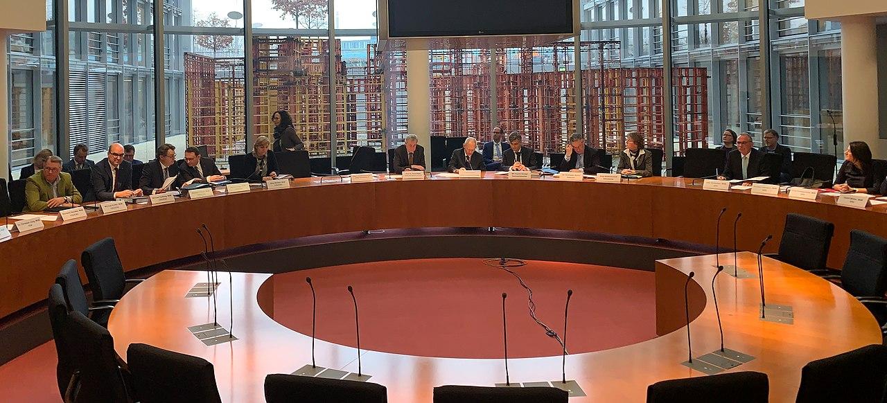 Ausschussmitglieder im Sitzungssaal